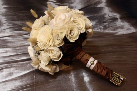 Kézben kötött bogyós natúr menyasszonyi csokor